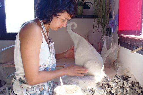 dans mon atelier en train de faire une sculpture d'ours pour une cuisson raku