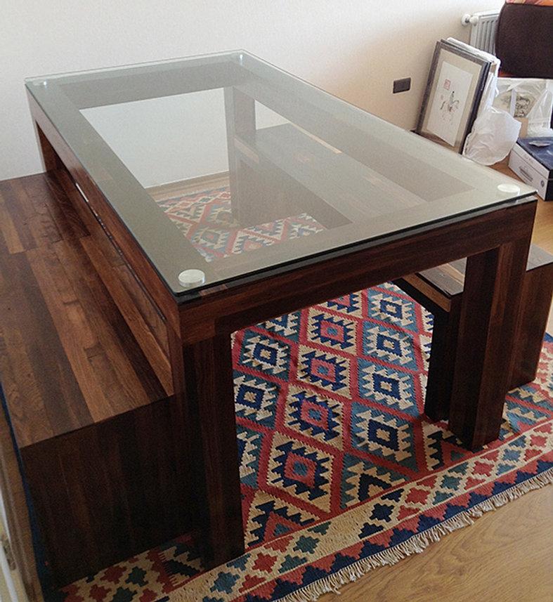 mesa con madera ensamblada y revestida con roble entintado uniones con herrajes de acero y cubierta de vidrio dimensiones x x cms