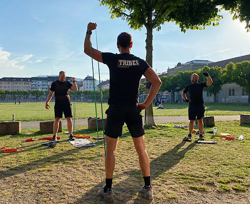 Outdoor bootcamp in Zürich with the bootcamp instructor and class participants.