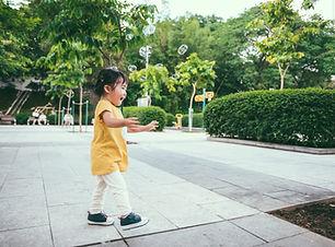 Toddler-girl-jagter-og-fange-bobler
