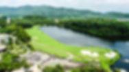 Uitzicht vanuit het Missions Hills hotel op de 18e hole van de Olazabal course.