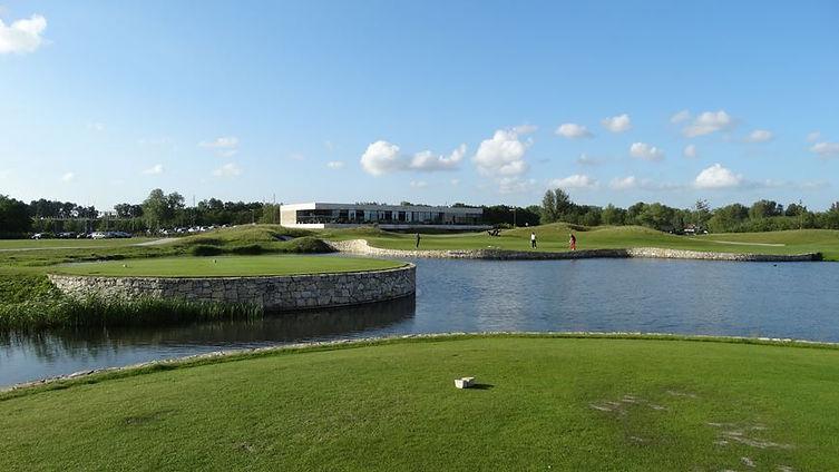 Uitzicht op het clubhuis van Golfbaan The International bij Amsterdam.