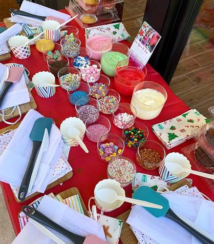 Christmas cupcake decorating 🎅🏼🎄 #bef