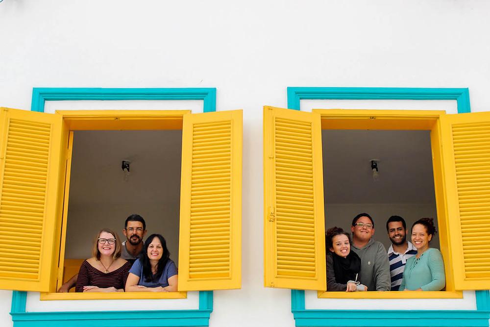 Membros da ONG Minha Campinas através das janelas da organização
