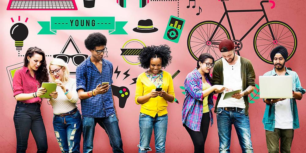 Jovens de diferentes etnias checando diferentes aparelhos eletrônicos: tablet, celular, notebook. Fundo da imagem com desenhos relacionados à juventude: ipod, bicicleta, videogame, entre outros.