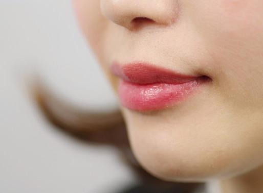 一年中柔らかくしなやかな唇を保つために、荒れた唇を治すための7つのヒント