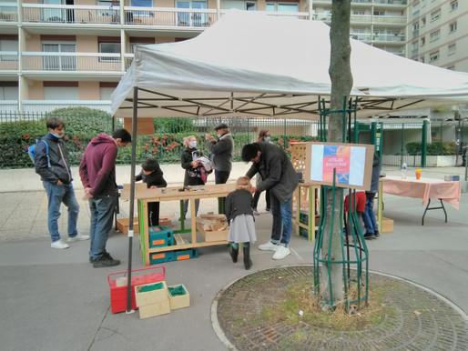 Atelier bricolage d'un objet en bois avec les enfants du quartier