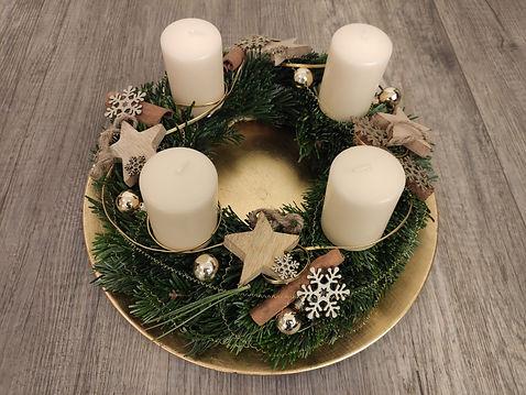 Ansicht eine handgebundenen Adventkranzes mit den Fraben Weiß Silber