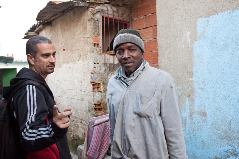 Un immigrato africano con Carlos Codinha.