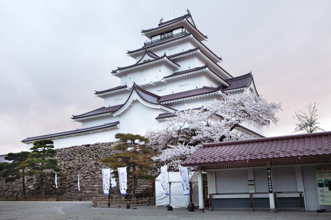 Aizu-wakamatsu è una città turistica giapponese che dista 100 km dalla Centrale Fukushima e soffre per l'effetto dell'incidente nucleare.  Il castello Aizuwakamatsu fu creato nel 1384. Nel diciannovesimo secolo i membri del Byakkotai vollero difendere il castello fino alla fine in un combattimento disperato. Nella disperazione terminarono con il seppuku, un rituale per il suicidio in uso tra i samurai.