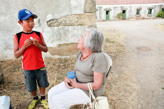 Natsuki Tanji, 11anni, cerca di comunicare con una signora anziana della campagna vicina.