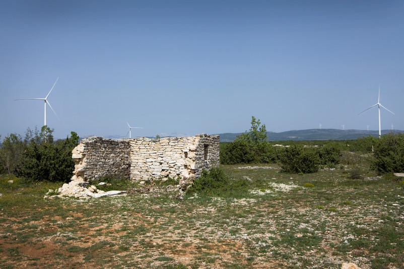 Impianti eolici sulla collina vicino a Lončari.