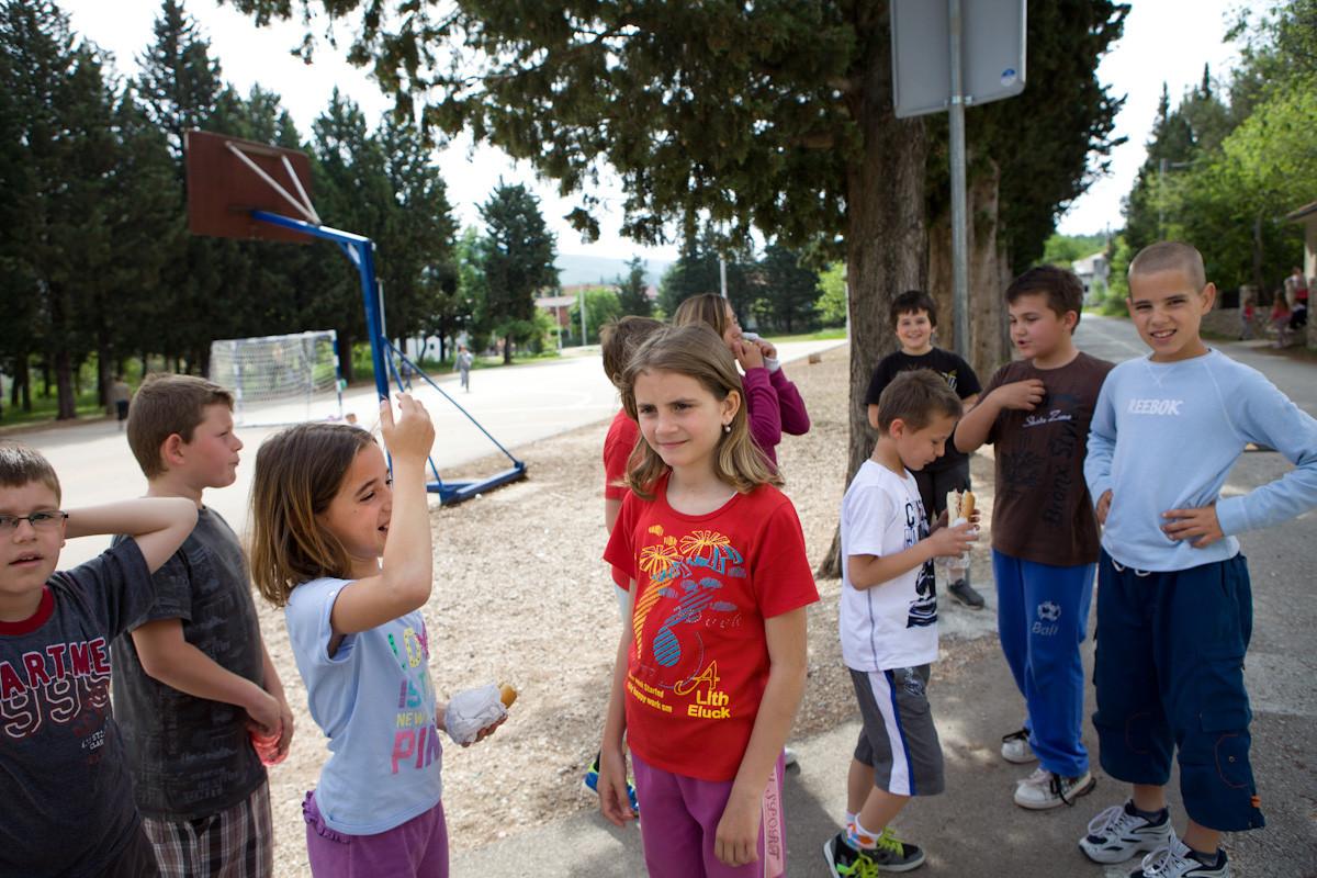 Per arrivare al campo di calcio utilizzato dai bambini per fare ginnastica, è necessario attraversare la strada dove passano le macchine. L'anno scorso una bambina è stata travolta da una macchina mentre attraversava la strada.