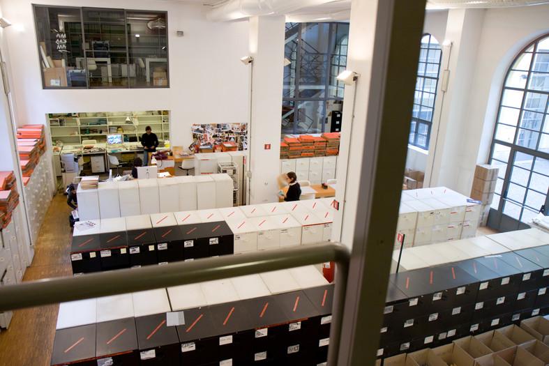 Lo spazio enorme del deposito archivi fotografici.
