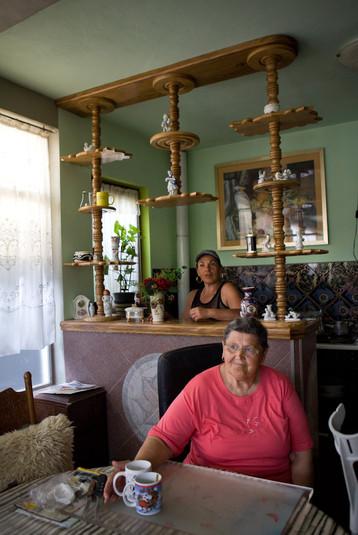 Marijana, di nazionalità croata rifugiata dalla Serbia e sua madre a casa loro di Gornji Karin.