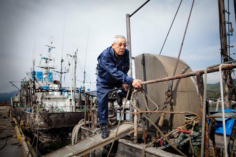 """La nave da pesca di costardella di 4 tonnellate era bruciata per l'incendio che è stato provocato dallo Tsunami a Kesennuma. Il proprietario Fujimori, 67anni, non rinuncia. """"È riparabile, il motore è ancora vivo"""". Si spera a tornare a pescare al più presto."""