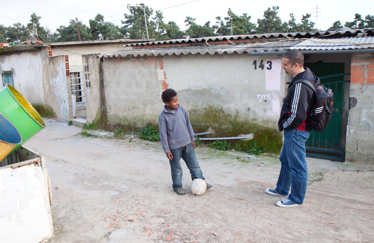 Recluta dei ragazzi di strada per il team Street Football.