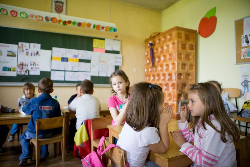 """Bambini della Scuola d'infanzia da loro chiamata la """"scuola piccola"""" di Gornji Karin. Quando piove, sono costretti ad aprire gli ombrelli in classe."""