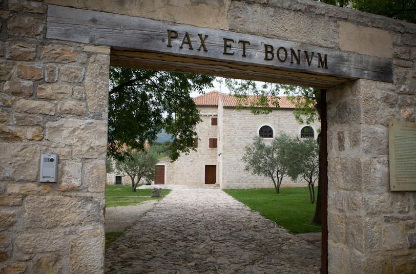 Entrata del monastero francescano di Donji Karin. Il Monastero fu distrutto ma oggi è completamente ristrutturato