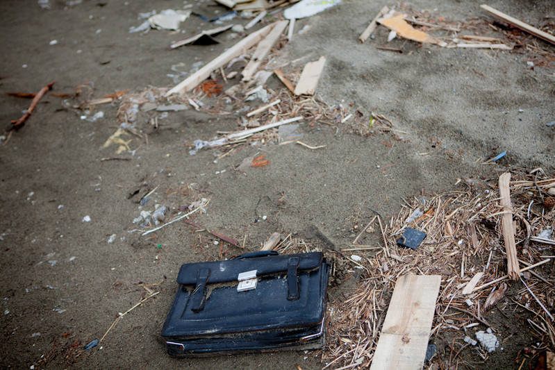 Ricordi personali sparsi dappertutto.Una tipica borsa del studente. Rikuzentakada prefettura di Iwate