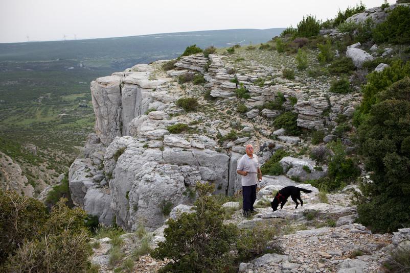 Nikola Lončar sulle rocce di Lonačari, in prossimità di una caverna utilizzata nel passato dai turchi come prigione.