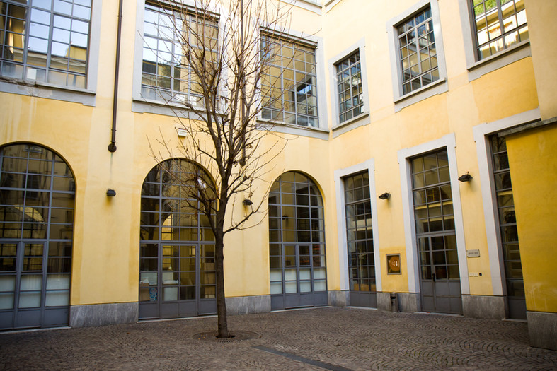 L'esterno del'ufficio, l'albero del cortile è stato imboschito da quando fondò l'agenzia.