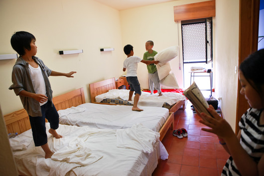 I ragazzini giocano nella camerata di Idana-a-Nova