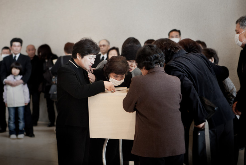 The celebration of the funeral of a victim of the tsunami. The last goodbye through a small opening in the coffin. Most of the people in the Kesennuma crematory died of lacerations, contusions and drowning. In the Miyagi prefecture of Kesennuma, until now the victims are 700, while the missing are still more than 1200.