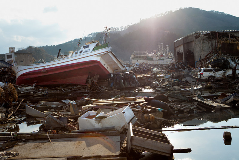 Solo a Kesennuma prefettura di Miyagi, i morti sono 765 e i dispersi ancora 1270. Sfollati e rifugiati sono 6750. Un vasto ambito del centro è devastato dallo Tsunami e, in seguito, dalla propagazione di un incendio.