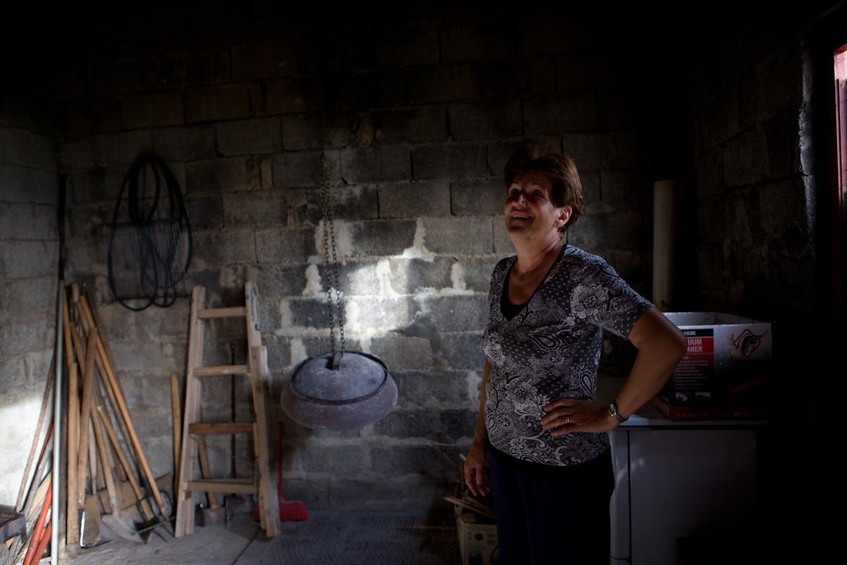 """Bosa Lončar nella """"casa del fuoco"""" dove si prepara il pane. Con suo marito è rientrata dalla Serbia nel 2009 dove si era rifugiato"""