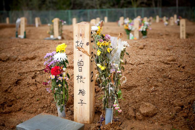 Il Ministero dell'Ambiente di Kesennuma ha realizzato un cimitero comunale per la sepoltura provvisoria senza cremazione. I picchetti sepolcrali sono numerati, qualche familiare aggiunge il nome del deceduto in modo che la persona cara non sia ridotta a un numero.