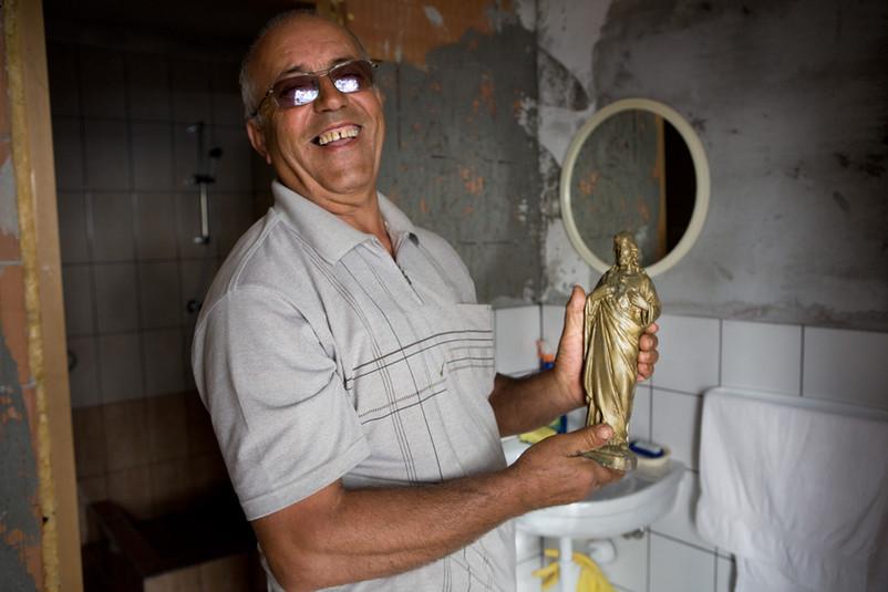 Nikola Lončar con una sua opera di cemento, le crea nel tempo libero. Con sua moglie è rientrato dalla Serbia nel 2009 dove si era rifugiato.