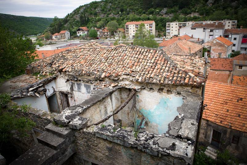 Scendendo dalla fortezza di Obrovac si incontrano le ferite della guerra.