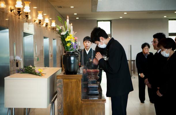 La celebrazione del funerale di una vittima dello tsunami. La monaca Issei recita il sutra. Nel crematorio di Kesennuma, prefettura di Miyagi.