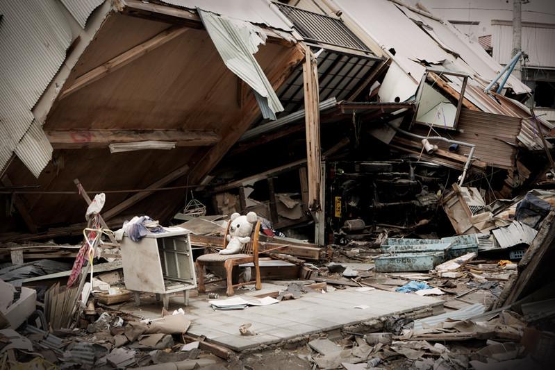 In centro Kesennuma devastata. Tanti abitanti tornano dove esisteva la loro casa a cercare i loro oggetti personali o dei ricordi. Nella zona disastrata alcune volte si trova una traccia del passaggio di abitanti o, sulla rovina, i cartelli che indicano la proprietà, il luogo di rifugio e le condizioni attuali della famiglia. Prefettura di Miyagi