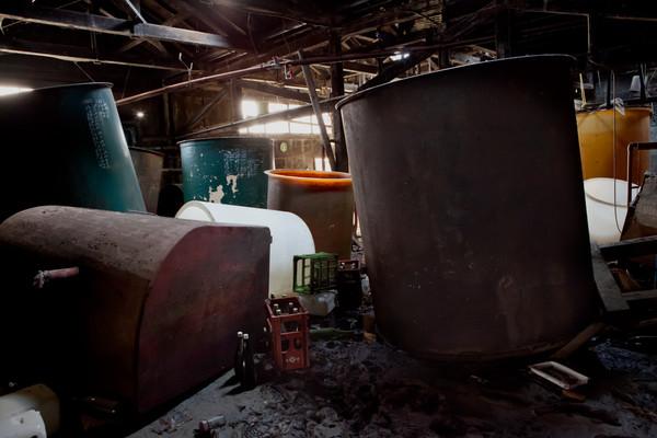 Yamagata-ya è una fabbrica di salsa di soia avviato da 100 anni ed è distrutto dallo tsunami a Ishinomaki. I serbatoi per materiale sono sparsi