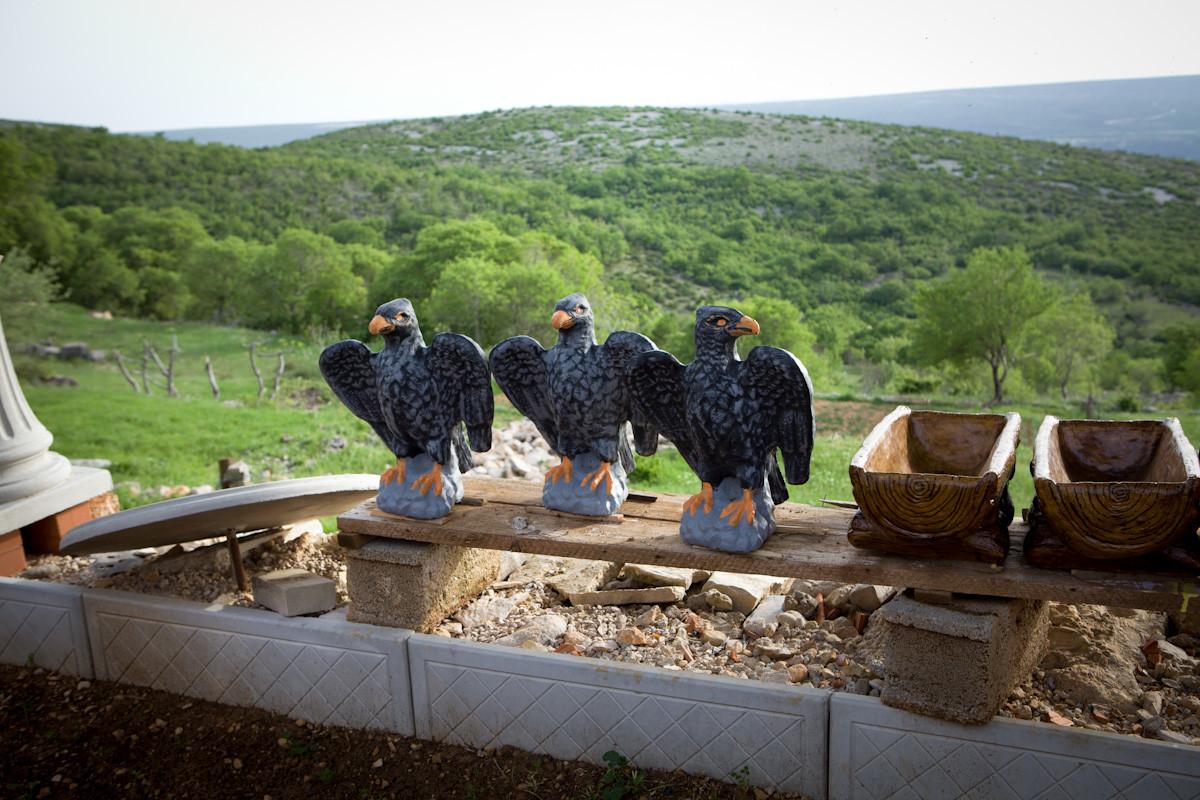 Le aquile di cemento create di Nikola Lončar che vive nel villaggio da 4 anni senza corrente elettrica e acqua corrente.