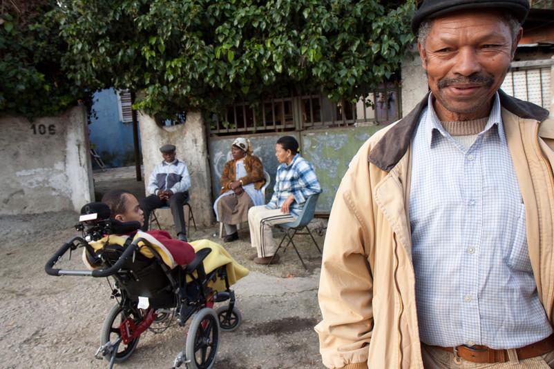 una famiglia africana con una figlia disabile assistito dalla sanità locale.