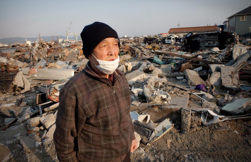 """""""Per un soffio mi sono salvato. Se fosse stato cinque minuti più tardi, sarei stato trascinato dallo tsunami."""" Eiji Suda, 82 anni, la sua casa è stata spazzata via dall'acqua, per ora ha trovato solo il tetto a 200 metri dalle fondamenta. Con la moglie gestiva un negozio avviato da tanto tempo, vendeva articoli scolastici, oggetti quotidiani e cosmetici. Adesso è rifugiato in casa di suo figlio. Ishinomaki"""