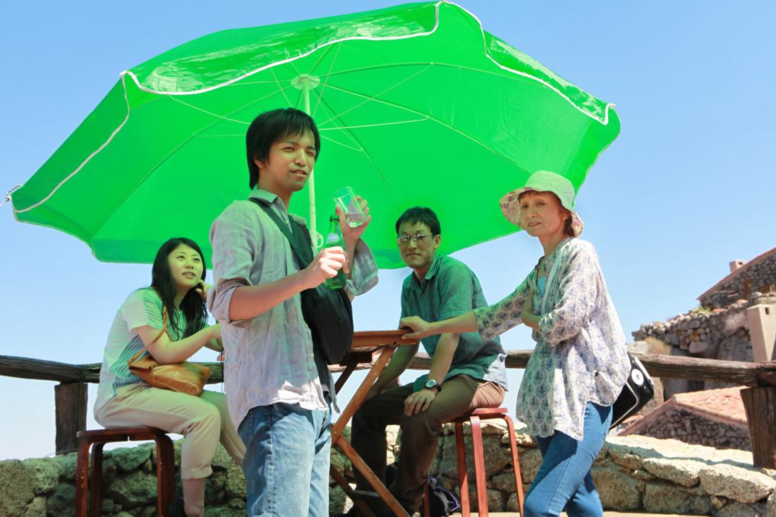 Sono volontari del CRMS (Citizens' Radioactivity Measuring Station ) di Fukushima. Dopo una breve evacuazione, sono tornati a Fukushima con una forte motivazione. Da sinistra Manami Kanno (architetto), Kunihiko Kakazu , Yuuki Kanzou (studente presso l'Università Fukushima, laboratorio di bio-ecoingegneria), Katsuko Arai (ex infermiera della scuola) si riposano al bar di Monsanto comune di Idanha-a-Nova.