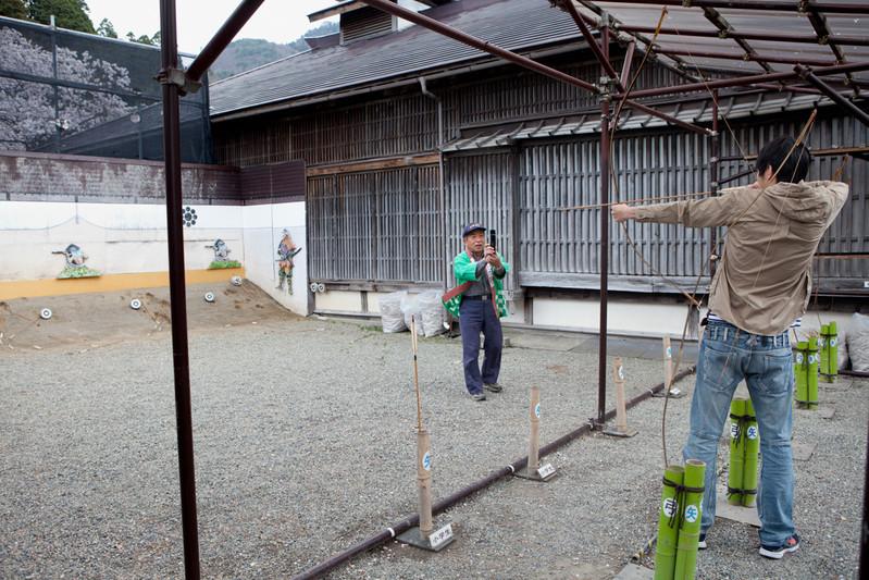 Il personale scatta le foto per far contento il cliente. Aizu-wakamatsu è una città turistica giapponese che dista 100 km dalla Centrale Fukushima