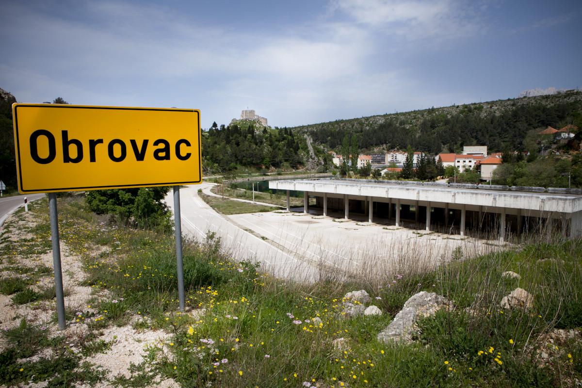 Fermata dell'autobus all'ingresso della città di Obrovac. Prima della guerra era la stazione degli autobus, oggi è completamente abbandonata