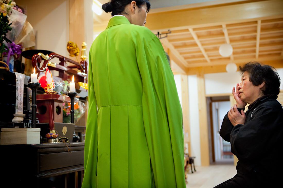 Una signora chiede al monaca Issei Takahashi di recitare un sutra per il marito morto nello tsunami. Prega per terminare il dolore. Nel tempio buddista Jounenji di Kesennuma