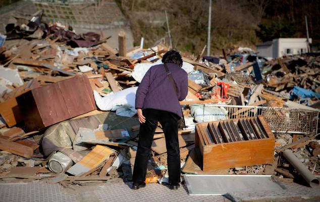 In centro Kamaishi devastata. Tanti abitanti tornano dove esisteva la loro casa a cercare i loro oggetti personali o dei ricordi.