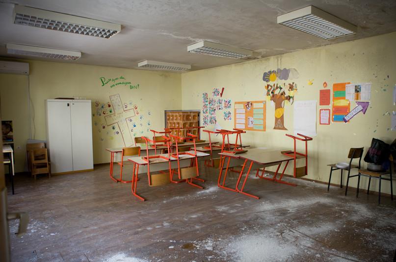 L'aula inutilizzabile, a causa della perdita d'acqua, nella scuola di Gornji Karin.