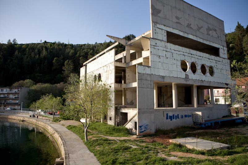 """Rovine del palazzo """"Centro di cultura"""" di Obrovac, costruito in epoca socialista."""