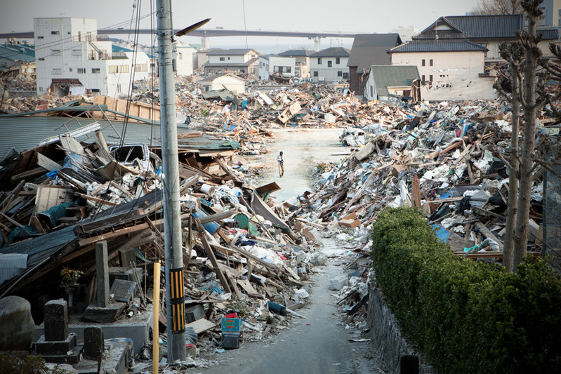 Scendere verso il basso dal parco Hiyorimiyama si trova devastazione dello Tsunami. E' probabile che ci siano ancora scomparsi sotto le macerie. Gli abitanti tornano dove esisteva la loro casa a cercare i loro oggetti personali o dei ricordi. Ishinomaki prefettura di Miyagi