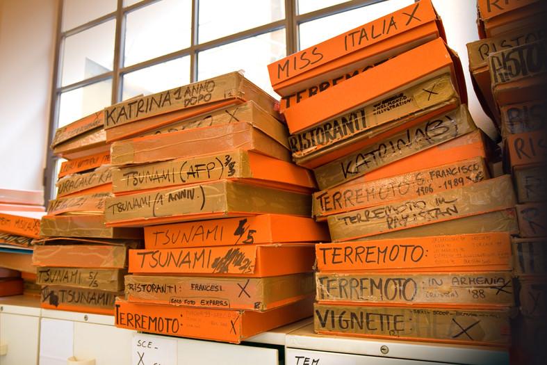 Montagna di scatole degli archivi fotografici