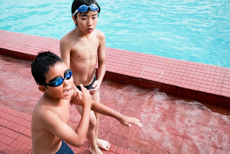 Natsuki Tanji (a sinistra) e Nobuaki Watanabe (destra), giocano nella piscina di Idanha-a-Nova. I due bambini sono amici, ma vivono lontani dopo l'incidente di Fukushima. Giocano di nuovo insieme dopo un anno e mezzo.