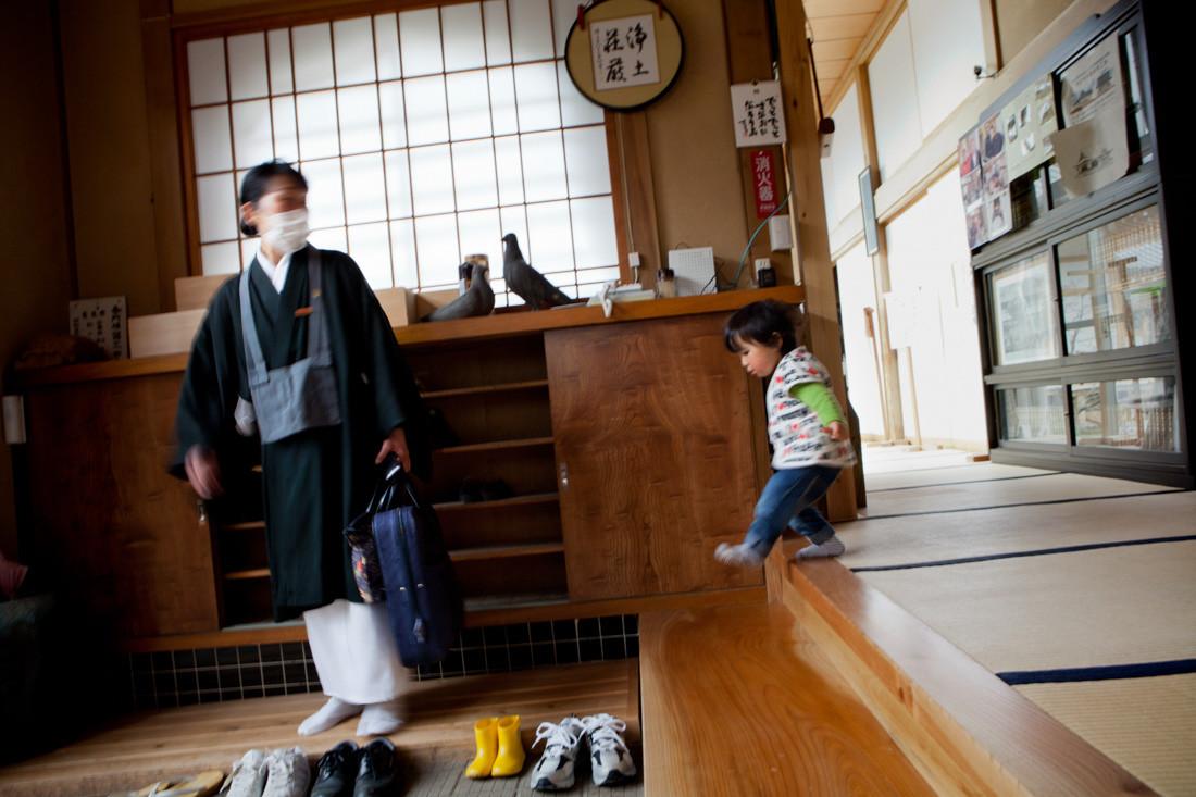 Monaca Issei, dal disastro non ha tempo di stare con il suo figlio Yu di 2 anni. Yu segue sua madre che sta andando al lavoro.